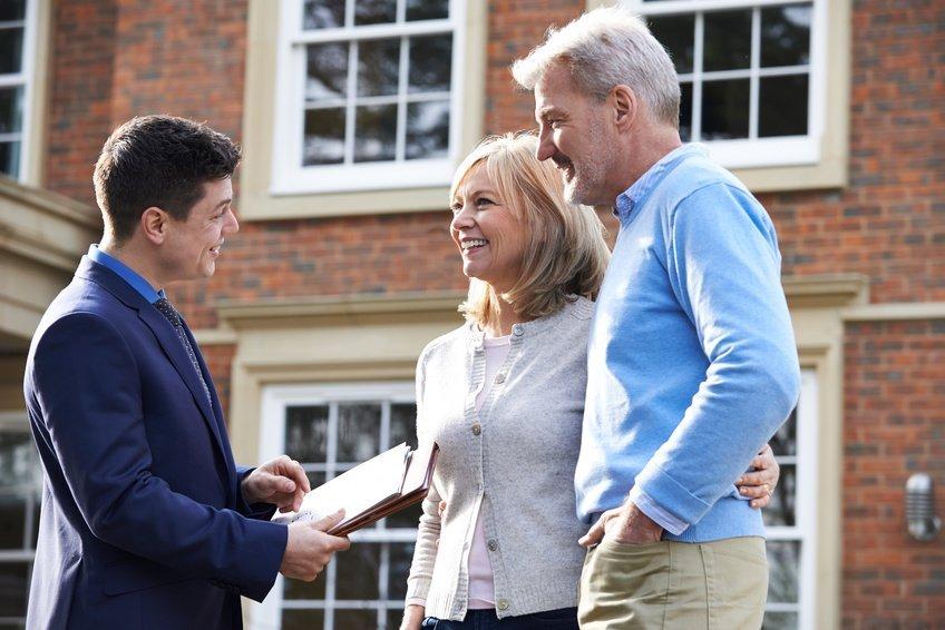 Immobiliengutachter berät Kunden vor Immobilie