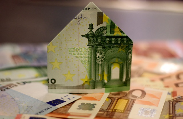 Euroschein als Haus gefaltet