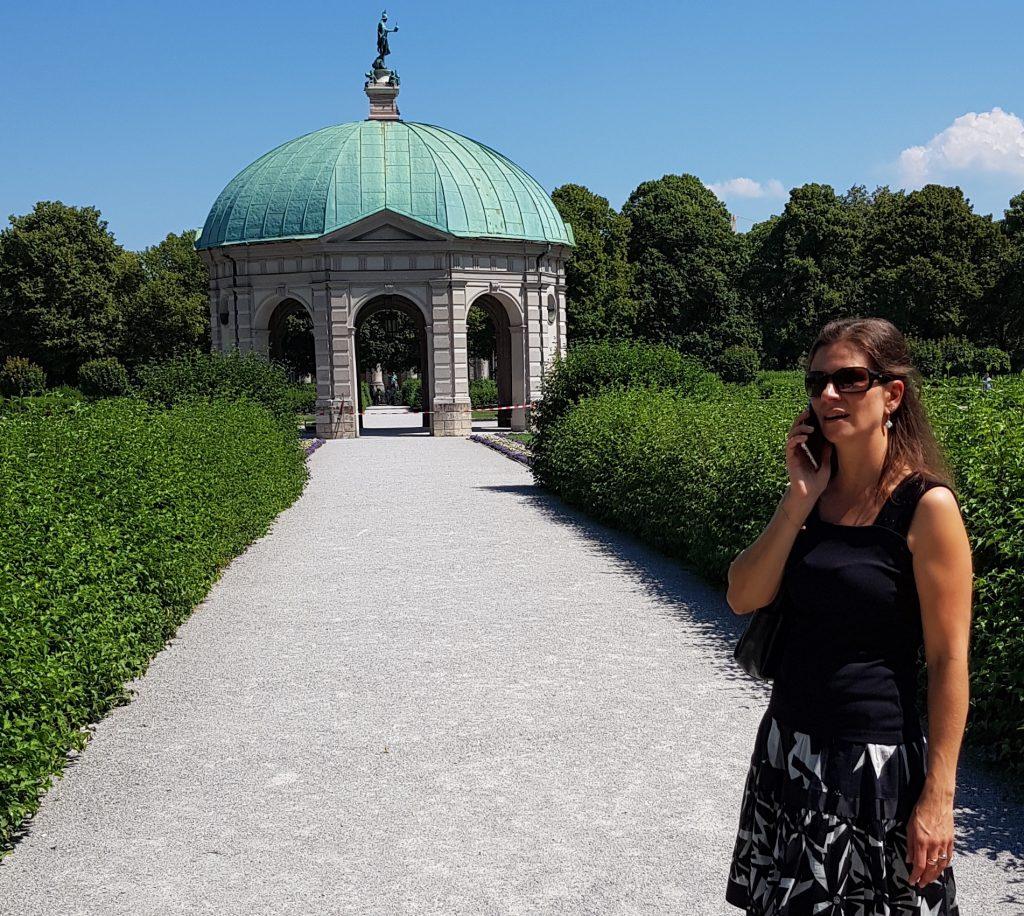 Immobiliengutachterin Heimhuber beim Telefonieren