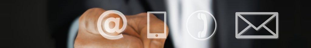 Hand mit Symbolen Telefon und E-Mail